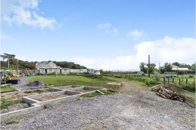 PP 3-bed dormer on 1.4 acres (reg smallholding) peaceful rural setting, Snowdonia views, static & storage units – Anglesey
